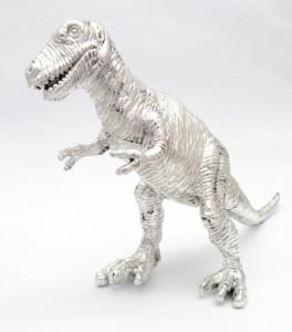 Δεινοσαυράκι ντυμένο με μέταλλο αστραφτερό / Small dinosaur coated with shiny metal.